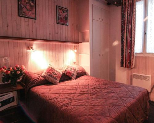 h tel du 7e art paris 2 stern 20 rue saint paul 75004. Black Bedroom Furniture Sets. Home Design Ideas